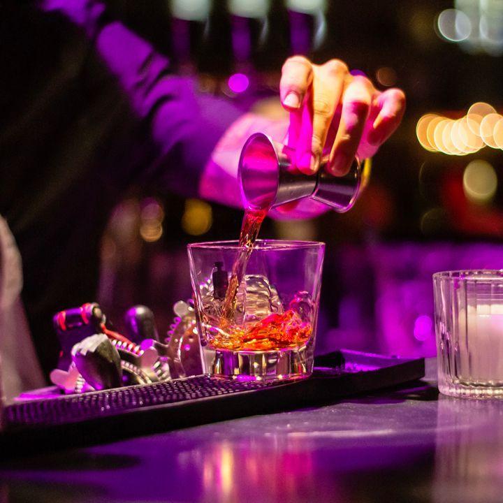 Barmenler Tatil Vardiyasında Çalışmayı Düşünüyor. Ve Bittikten Sonra Kutlama.